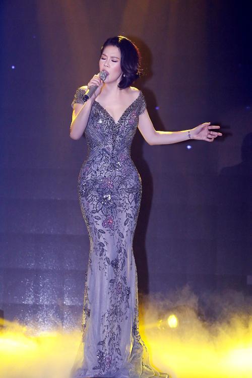 Thu Phương diện bốn bộ váy trong đêm nhạc