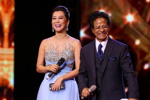 MC Kỳ Duyên (trái) bên Chế Linh trong liveshow của ông ở Hà Nội tháng 10/2016.