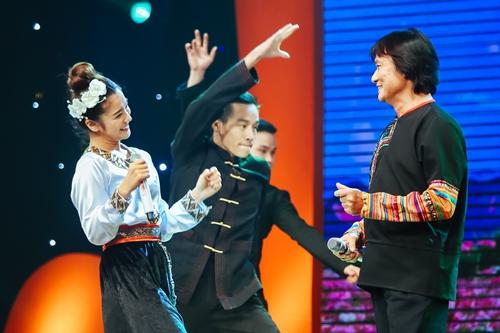Hoàng Yến Chibi (trái) là thí sinh cùng đội với cố nghệ sĩ. Cô
