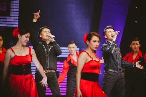 Xuân Phú (trái) và Nam Cường kết hợp nhạc Việt và nhạc ngoại trong liên khúc Delilah - Bốn chữ lắm