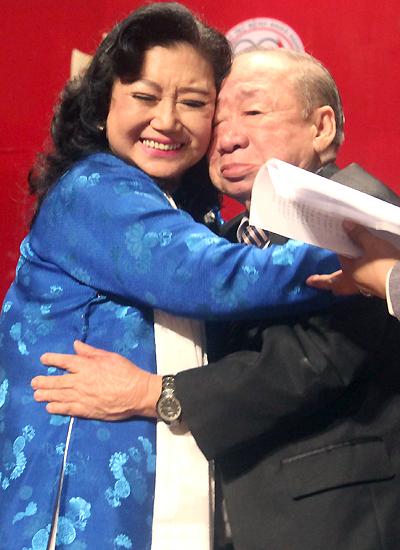 Cả hai gặp lại nhau trên sân khấu trong