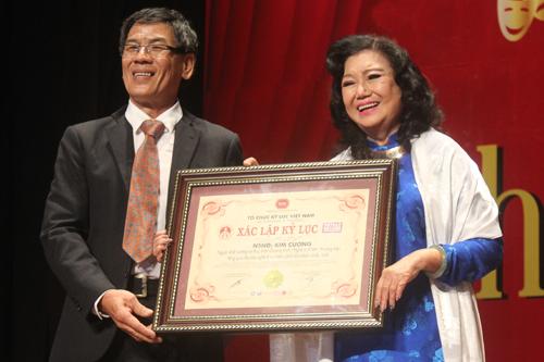 NSND Kim Cương cũng được Hội kỷ lục gia Việt Nam trao bằng xác nhận kỷ lục là người khởi xướng và thực hiện chương trình Nghệ sĩ tri âm thường niên cho các nghệ sĩ có hoàn cảnh khó khăn nhiều nhất.