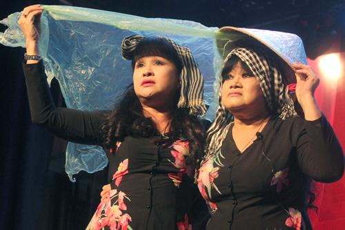 Nghệ sĩ Bích Thủy (trái), nghệ sĩ Hạ Châu thể hiện Sa mưa giông - nhạc phẩm của