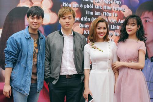 Sự kiện còn có sự tham gia của Ca sĩ Nguyễn Trần Trung Quân, Sao Mai Hà Hoài Thu vui vẻ đến ủng hộ đàn chị.