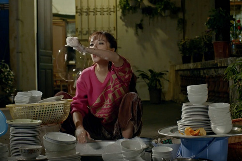 Hình ảnh nghịch ngợm của nữ chính trong lúc làm việc nhà.