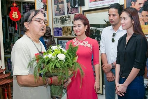 Đoàn diễn viên còn đến thăm nhà NSND Thế Anh (trái).