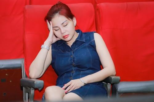 Diễn viên Lê Giang tranh thủ chợp mắt chờ đến phân đoạn tập của mình.
