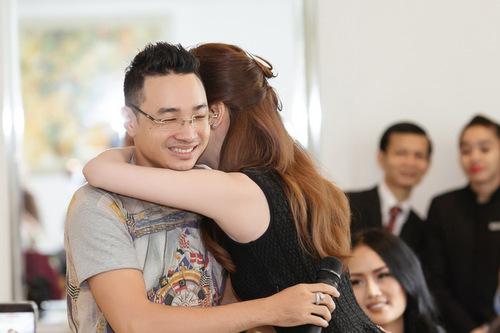 Trong phiên đấu giá, Ngọc Trinh đã xin phép ôm anh Thông để cảm ơn vì anh đã đấu giá rất nhiệt tình.