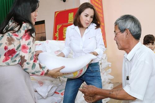 Cô cùng bạn bè, đồng nghiệp tận tay trao quà cho người dân, với