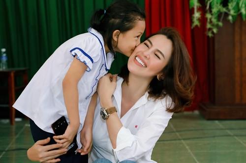 Người đẹp hạnh phúc khi được các em nhỏ Phú Quốc chào đón nồng nhiệt.