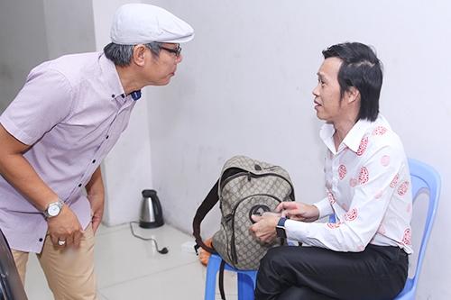 Hoài Linh trò chuyện cùng đàn anh - nghệ sĩ Trung Dân trước giờ phim công chiếu.