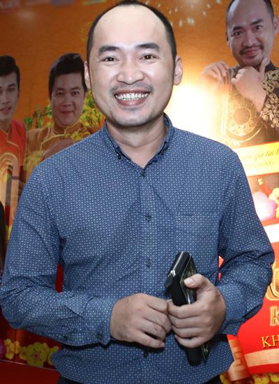 Tiến Luật dự sự kiện một mình. Bà xã anh - diễn viên Thu Trang, người cũng góp mặt trong bộ phim - do bận việc nên không tham dự cùng chồng.