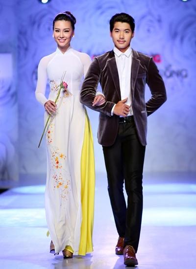 Nam Thành bên bạn gái người mẫu.