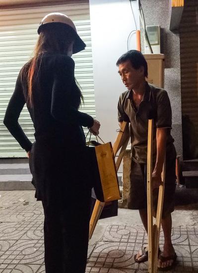 Hồ Ngọc Hà & ekip đã di chuyển hơn 3 giờ đồng hồ qua các quận 1, 4, 5, 6, 11, Bình Thạnh để trao quà cho những người ngủ ngoài đường.