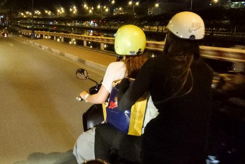 di chuyển bằng xe máy để tận tay trao quà tết, lì xì cho người cỡ nhỡ, không nhà ở tại TP.HCM