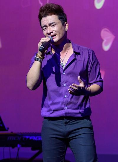 Nhạc sĩ Quang Mẫn thể hiện Buồn - ca khúc do anh sáng tác.