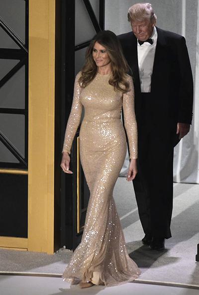 Trong bữa tiệc tối cùng ngày, bà Trump tỏa sáng với đầm ánh kim của nhà thiết kế Reem Acra