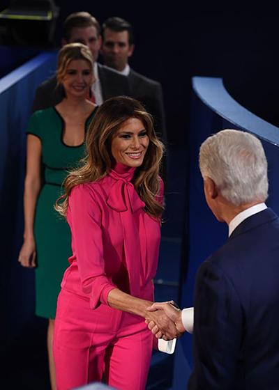 Bộ trang phục màu hồng với kiểu áo