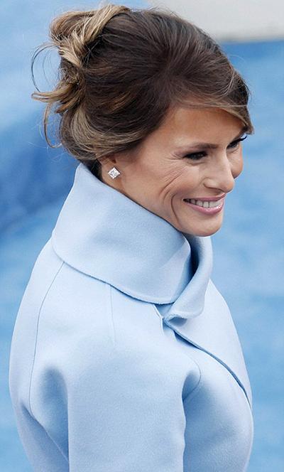 Bà Kennedy mặc một bộ đồ phong cách tương tự trong lễ nhậm chức của chồng năm 1961. Bà Melania từng thừa nhận muốn hướng tới phong cách của một đệ nhất phu nhân giống bà Kennedy.