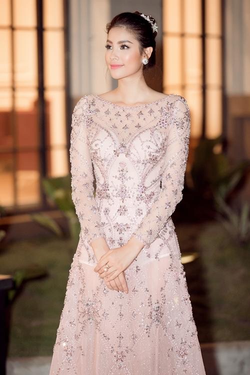 Phạm Hương khoe nội y với váy xuyên thấu