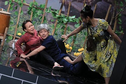 Nghệ sĩ trẻ Lê Lộc (phải) vào vai con gái của ông lão. Ông khoe con mình là chủ chuỗi cửa hàng cơm tấm.