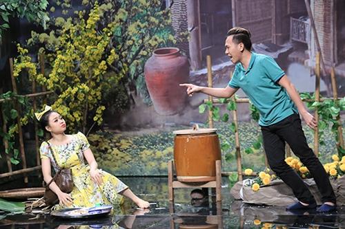 Anh Đức vào vai con trai bà hàng xóm, tự xưng là mình là giám đốc spa có người đại diện là Hari Won.