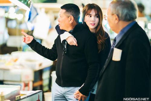 Ngọc Trinh và tỷ phú Hoàng KiềuHoàng Kiều và Ngọc Trinh hẹn hò từ tháng 11/2016 qua sự mai mối của con dâu tỷ phú - chị Lan Phương. Sau khi xem bức ảnh Ngọc Trinh đi sự kiện ở Hàn Quốc, ông Hoàng Kiều chủ động liên lạc và ngỏ lời hẹn hò.