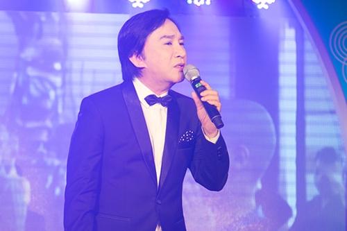 Nghệ sĩ Ưu tú Kim Tử Long diện vest lịch lãm thể hiện một ca khúc nhạc xuân.