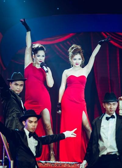 Hồng Hạnh (trái) và đàn em Thanh Ngọc mặc váy xẻ trình diễn ca khúc Tình hờ.