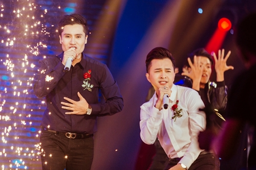 Với tiết mục Bài không tên cuối cùng - Gạt đi nước mắt, Xuân Phú (trái) và Nam Cường