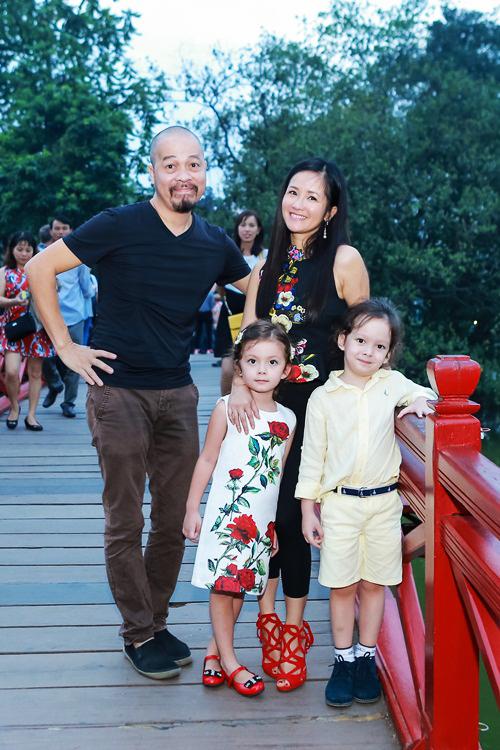 Cặp song sinh của Hồng Nhung tung tăng ở Hồ Gươm