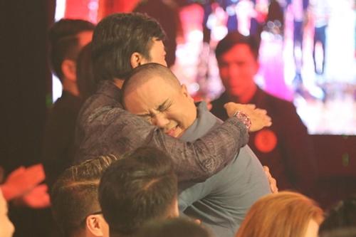 Nam nghệ sĩ ôm chầm ông nội - NSƯT Bảo Quốc - khóc sau khi hoàn thành vai diễn.