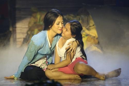Tiết mục của Puka mang tên Hoa xuân nói về cái Tết của bà mẹ bị tật nguyền (Puka) và đứa con gái nhỏ (bé Kim Thư).