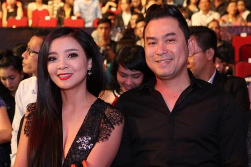 Nghệ sĩ Hồng Loan (trái) - con gái NSƯT Bảo Quốc - cùng chồng về nước cổ vũ cho cháu.
