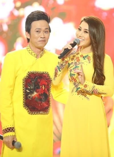 Hoài Linh (trái) góp vui khi song ca cùng Tố My ca khúc Câu chuyện đầu năm.