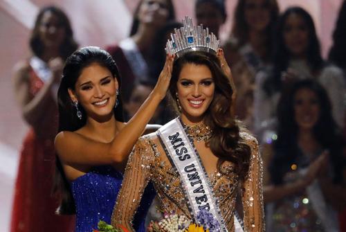 Iris Mittenaere mặc trang phục do Hoàng Hải thiết kế khi đăng quang Miss Universe 2016.
