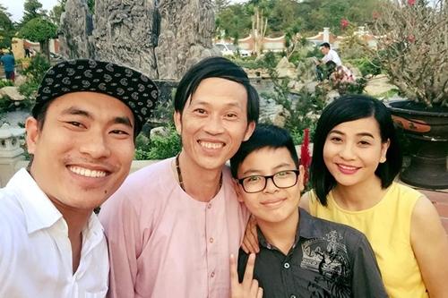 Hoài Linh bên diễn viên Kiều Minh Tuấn (trái) và mẹ con diễn viên Cát Phượng.