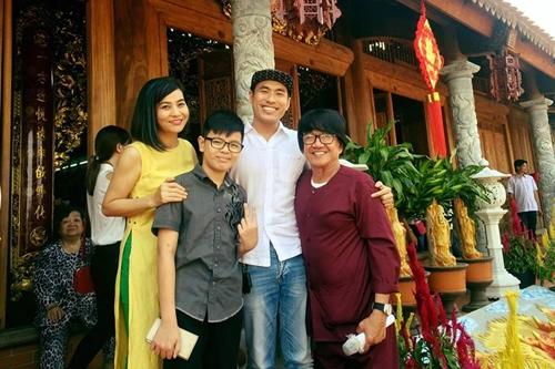 Cát Phượng và Kiều Minh Tuấn bên cạnh ca sĩ Nguyên Lộc - người phụ giúp Hoài Linh trông nom đền thờ và tiếp đón khán giả.