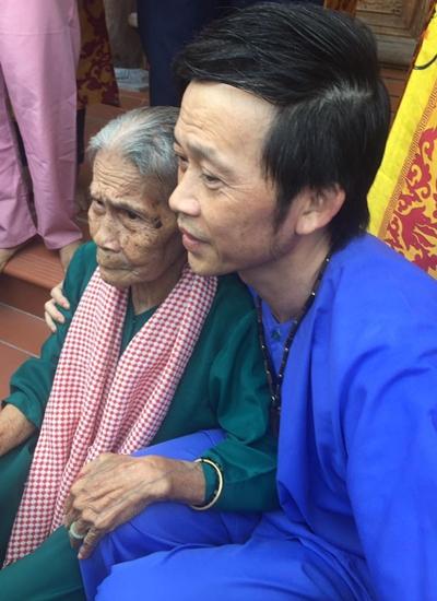 Nhiều khán giả cao tuổi được Hoài Linh thăm hỏi, mời