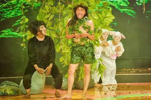 Diễn viên Xuân Nghị - đội NSND Hồng Vân trong tiểu phẩm Cậu bé rừng xanh. Anh hóa thành một cậu bé bị bỏ quên trong khu rừng già và lớn lên bằng sự nuôi dưỡng của con tinh tinh khổng lồ. Cho đến khi gã thợ săn (Minh Nhí trợ diễn) tình cờ xuất hiện đã khiến cậu bé nhận ra cơ thể mình lạc loài với các anh chị em khác.
