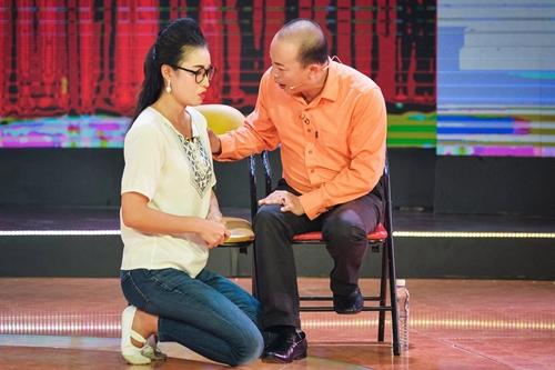 Phạm Yến (trái), thí sinh đội Thanh Thủy diễn cùng NSƯT Đức Hải. Phần thi cũng bị cho là chủ yếu tạo tiếng cười từ dàn vai phụ.