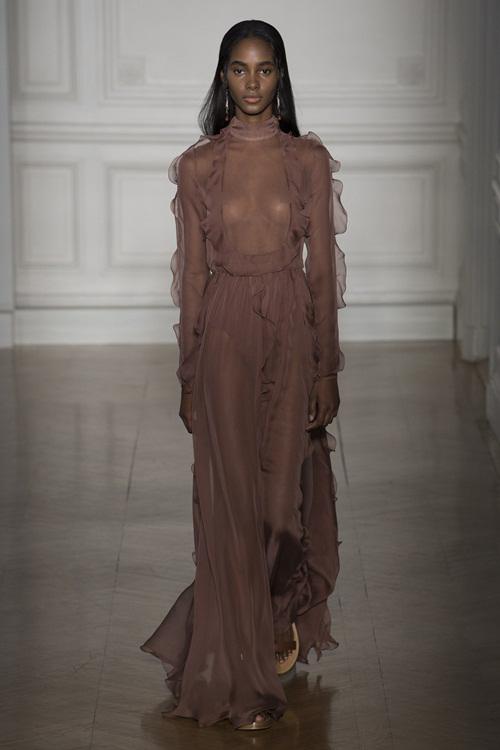 Những bộ váy couture hở ngực táo bạo mùa Xuân 2017