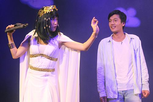 Diệu Nhi (trái) và Quang Tuấn trong vở Hồn anh xác em ở sân khấu Thế giới trẻ. Ảnh: Mai Nhật.