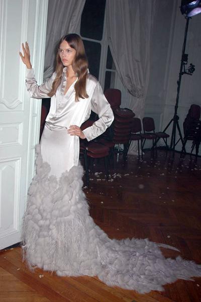 Thiết kế couture đầu tiên Riccadi Tisci khi trở thành giám đốc sáng tạo hãng mốt. Khi ấy, Vogue dùng cụm từ nhà thiết kế chưa được biết tới dành cho Riccadi Tisci.