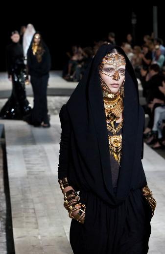 Phong cách thiết kế của Tisci chịu ảnh hưởng mạnh mẽ từ gothic.