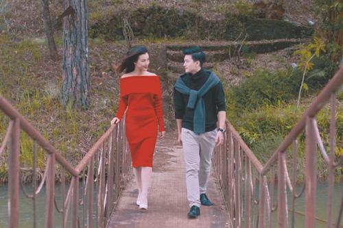 Trong MV, cả hai ôn lại kỷ niệm chuyện tình bản thân khi cùng nhau đi dạo trên cầu, khoác cho nhau dưới