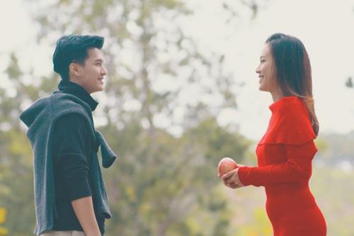 MV được thực hiện như một sản phẩm đánh dấu mùa Valentine mới của cặp diễn viên. Huỳnh Anh và Hoàng Oanh công khai hẹn hò vào đầu năm 2015. Anh kém bạn gái hai tuổi.