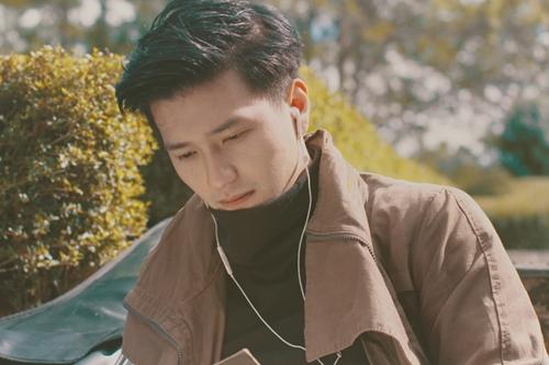 Huỳnh Anh vào vai chàng trai lãng tử hết lòng vì tình yêu. Lúc quay MV, do xe chở Huỳnh Anh bị lạc, anh không thể đến