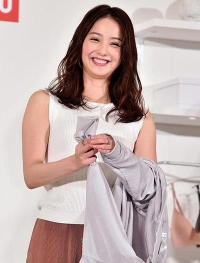 Nozomi Sasaki diện trang phục thanh lịch, tươi tắn trước ống kính. Tuy vậy,