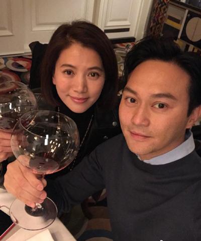 Đôi uyên ương bí mật đăng ký kết hôn ở Mỹ ngày 8/2/2001. Về Hong Kong, cả hai chỉ tổ chức một buổi tiệc đơn giản. Vợ chồng họ không chụp ảnh cưới.